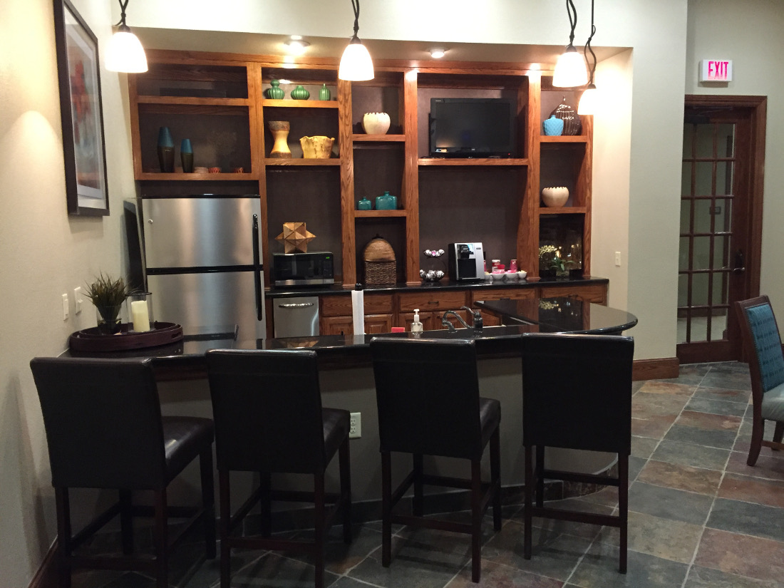 Bar Area at the Oxford at Country Club Apartments in Baytown, TX