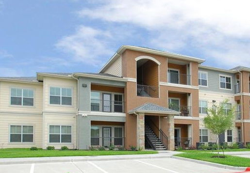 Convenient Apartment Homes at the Oxford at Country Club Apartments in Baytown, TX