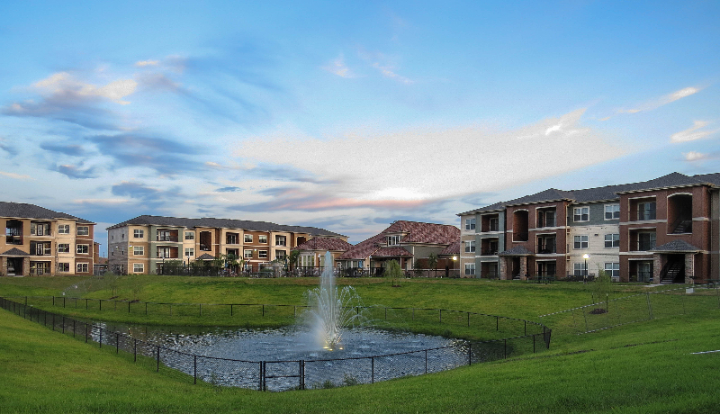 Maintenance-Free Living at the Oxford at Country Club Apartments in Baytown, TX
