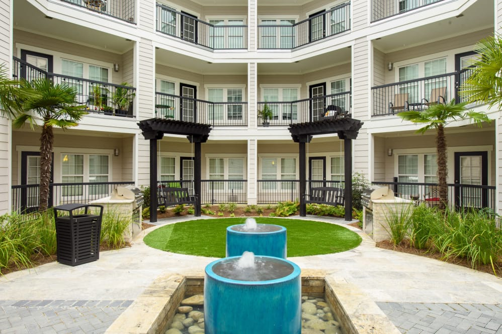 Beautiful Courtyard at Park Rowe Village Apartments in Baton Rouge, Louisiana