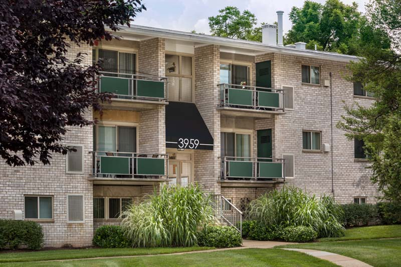 Welcome to Pinewood Plaza Apartments in Fairfax, VA