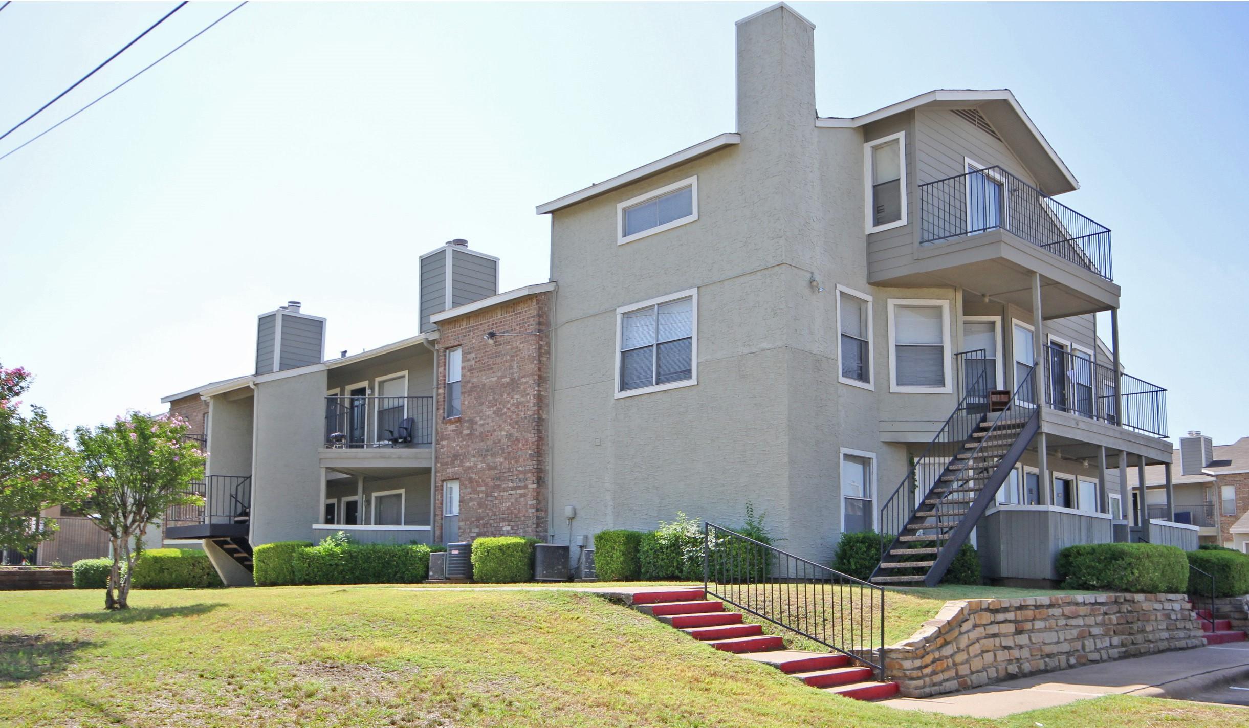 Pet-Friendly Apartments at Quail Ridge Apartments in Grand Prairie, Texas