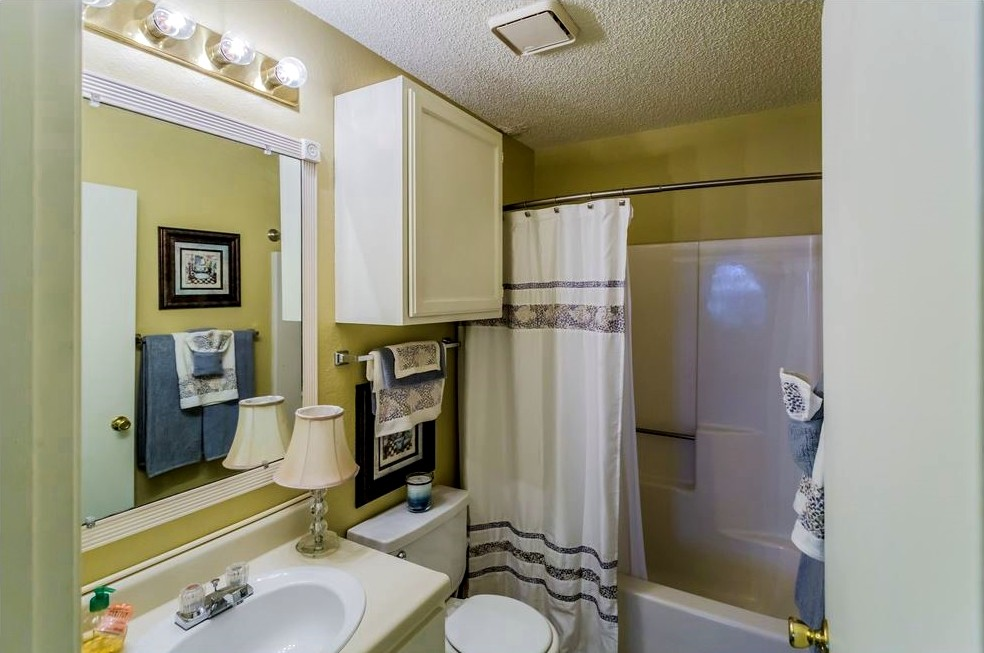 Shower and Tub at Ridgewood Apartments in Hot Springs, Arkansas