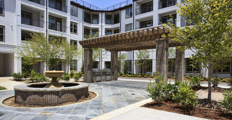 Outdoor Grilling and Entertainment Space at Riverhouse Apartments in Little Rock, Arkansas