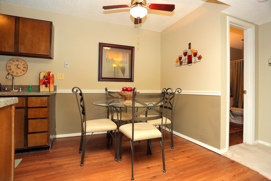 Dining Area at Rustic Woods Apartments in Tulsa, Oklahoma