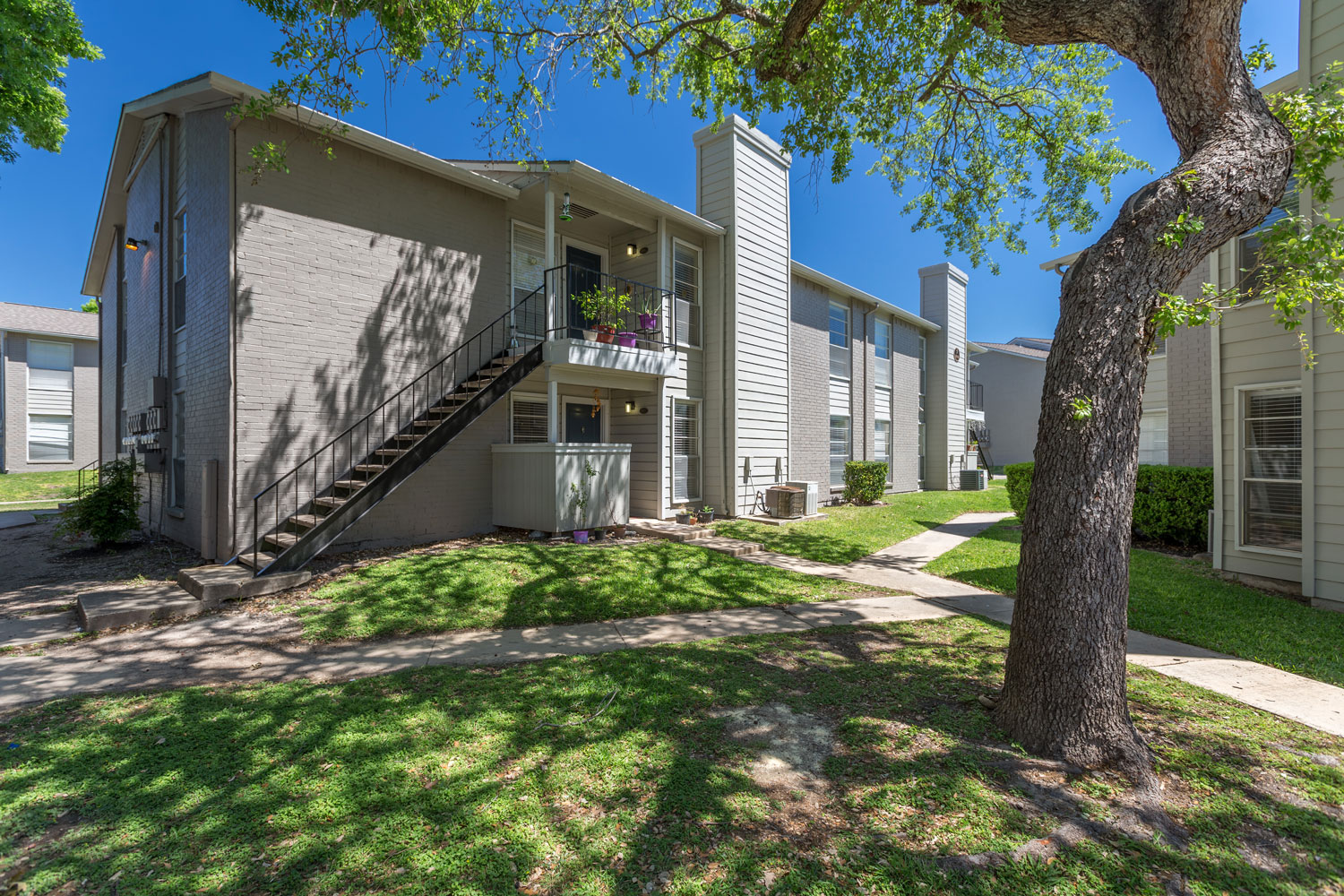 Shaded Green Space at Sapphire Apartments in San Antonio, Texas