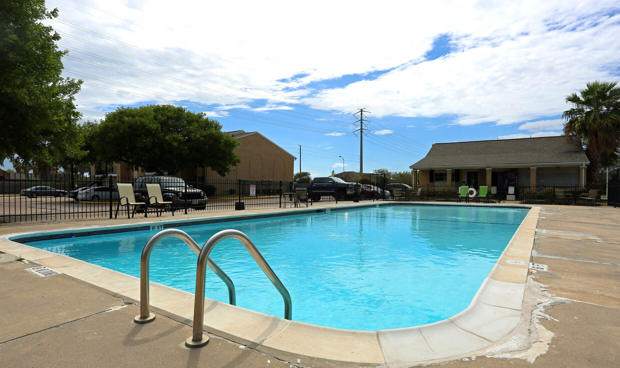 Sparkling Pool at Sienna Villas Apartment Homes in Freeport, TX