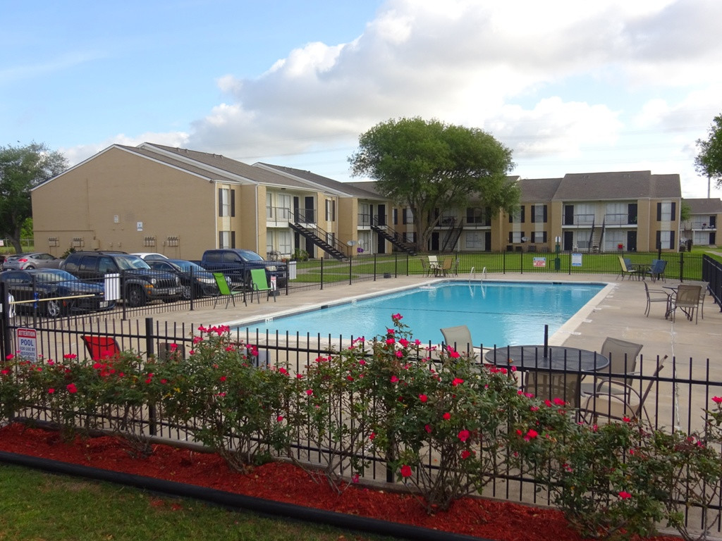 Poolside Tables at Sienna Villas Apartment Homes in Freeport, TX