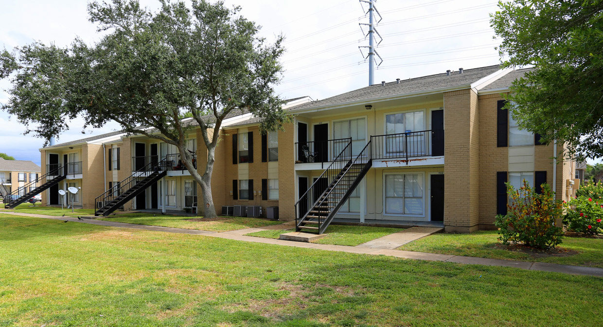 Outdoor Space at Sienna Villas Apartment Homes in Freeport, TX
