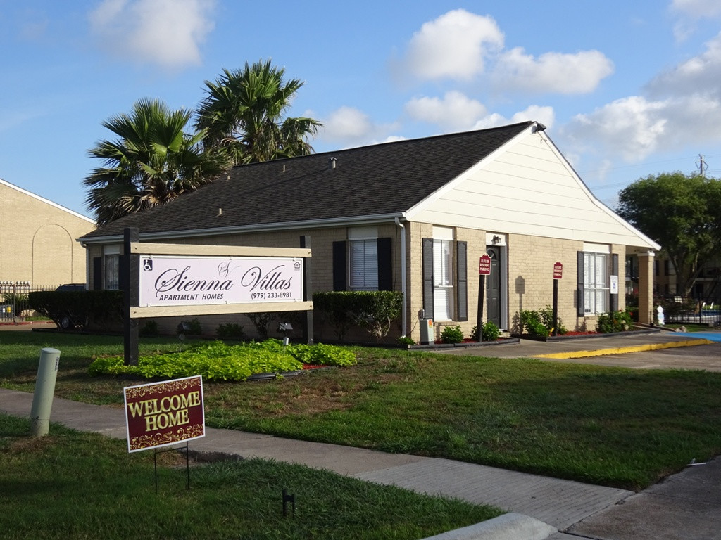 Professional Management at Sienna Villas Apartment Homes in Freeport, TX