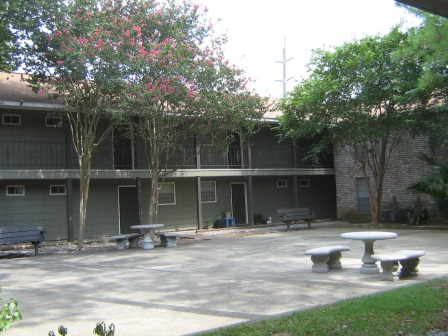 Landscaped Courtyards at Spanish Oaks Apartments in Baton Rouge, Louisiana