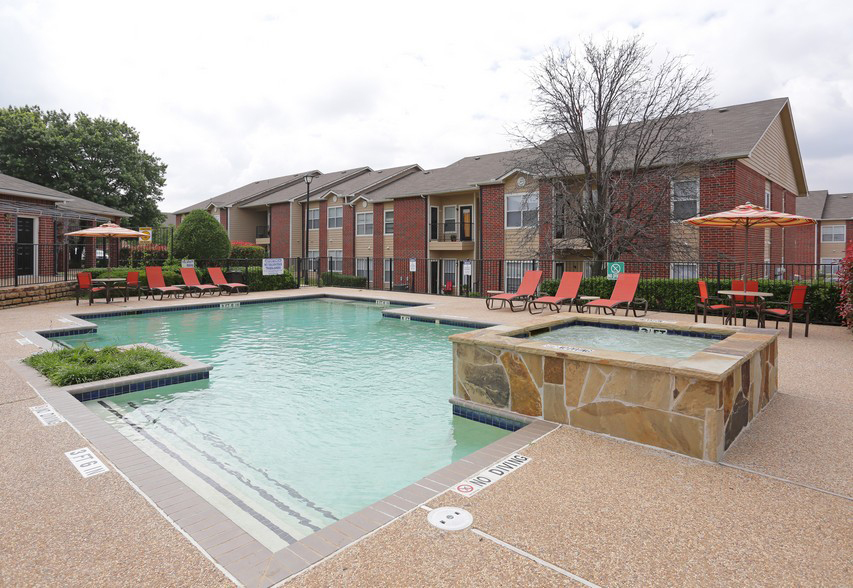 Sparkling Pool at the Stonebrook Village Apartments in Frisco, TX