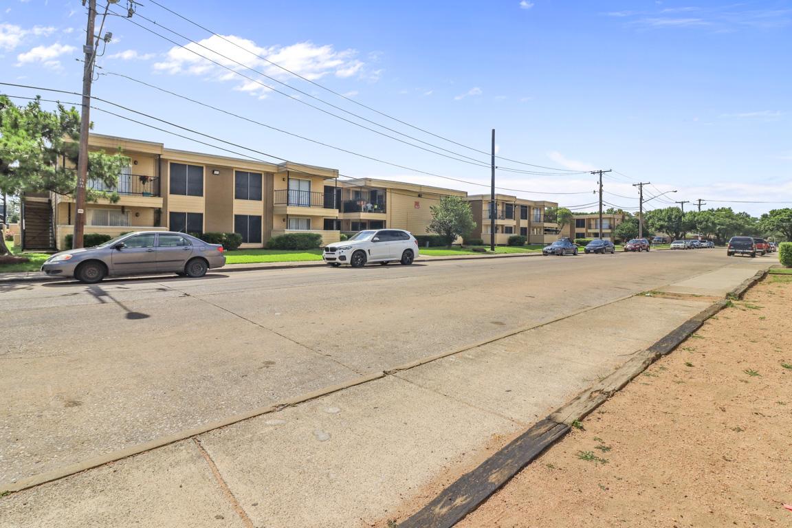 Convenient Location at Summer Glen Apartments in Dallas, Texas