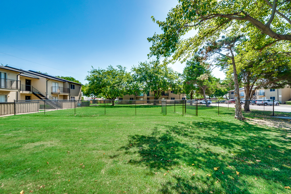 Resident Grounds at The Watermark Apartments in Mesquite, TX