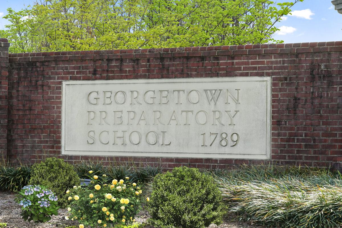 10 minutes to Georgetown Preparatory School