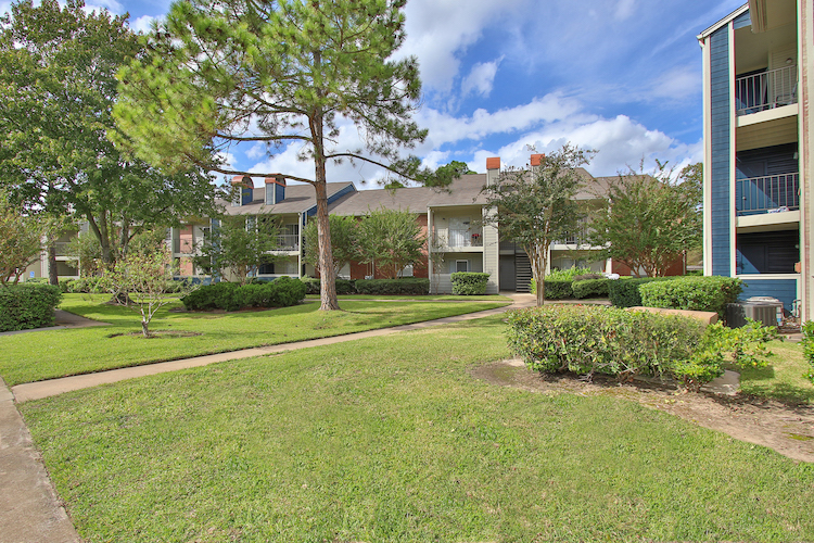 Lush Landscaping at Westmount at Copper Mill Apartments in Houston, Texas