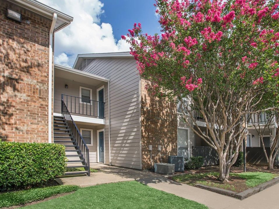 Conveniently Located Apartments at Westmount at Forest Oaks Apartments in Arlington, TX