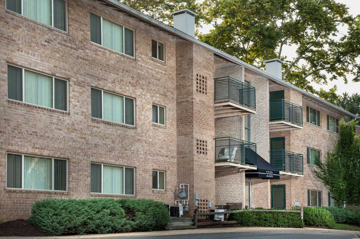 Garden style building at Woodmont Park Apartments in Alexandria, VA